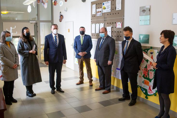 Magyar segítség érkezett a határon túli magyaroknak – Magyarország szlovákiai nagykövete először Kisudvarnokba látogatott